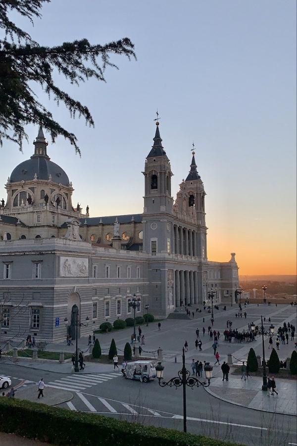 Si planeas tu recorrido a pie autoguiado por Madrid a la derecha, ¡puedes ver la Catedral de la Almudena al atardecer!
