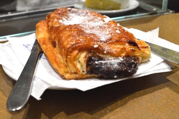 ¡Comience su recorrido a pie autoguiado por Madrid con un chocolate napolitano en La Mallorquina!