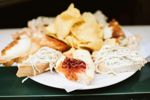 Pruebe deliciosas tostas en La Dolores en un recorrido a pie autoguiado por Madrid.