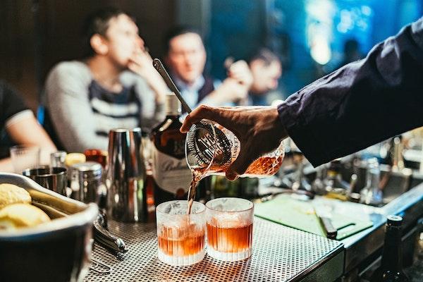 Camarero mezclando cócteles