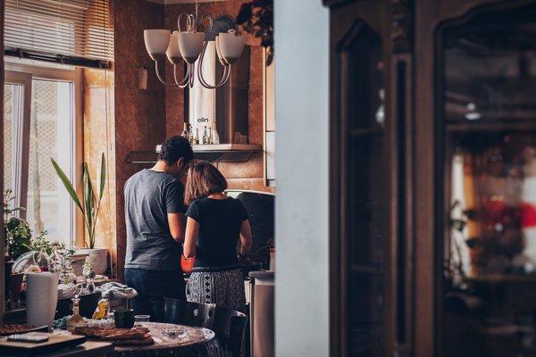 """Pareja cocinando juntos en casa """"srcset ="""" http://novedadesmadrid.es/wp-content/uploads/2020/06/1592307869_111_30-ideas-perfectas-para-la-noche-en-casa-Devour.jpg 600w, https://madridfoodtour.com/wp-content/uploads/rsz_soroush - karimi-mx5kwvzegc0-unsplash-300x200.jpg 300w, https://madridfoodtour.com/wp-content/uploads/rsz_soroush-karimi-mx5kwvzegc0-unsplash-330x220.jpg 330w """"tamaños ="""" (ancho máximo 600px)"""