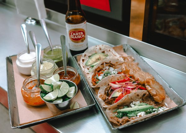 """Tacos y coberturas """"srcset ="""" https://madridfoodtour.com/wp-content/uploads/rsz_cooked-food-on-stireless-steel-tray-3642718.jpg 600w, https://madridfoodtour.com/wp-content/ uploads / rsz_cooked-food-on-Stainless-steel-tray-3642718-300x215.jpg 300w """"tamaños ="""" (ancho máximo: 600px) 100vw, 600px"""