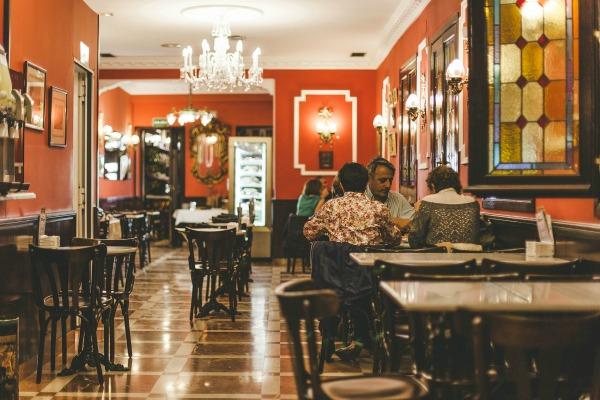 El Riojano es uno de los mejores pasteles de Madrid. ¡Sus decoraciones adornadas reflejan el hecho de que la reina Isabel II ayudó a decorarlo en la década de 1850!