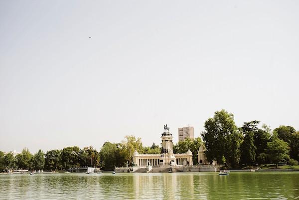 Viajar solo en Madrid significa que pasarás el mayor tiempo posible relajándote en el Parque del Retiro.