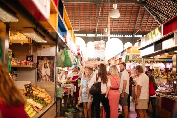 ¿No súper cómodo para comer solo en Madrid? Un mercado local es un gran lugar para relajarse solo.