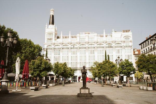 Asegúrese de visitar la Plaza de Santa Ana en su recorrido a pie autoguiado por Madrid.