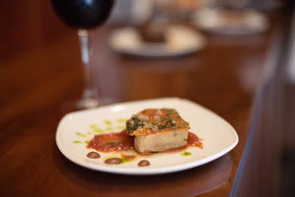 El cochinillo asado es un plato que debes probar cuando comes en Ávila.