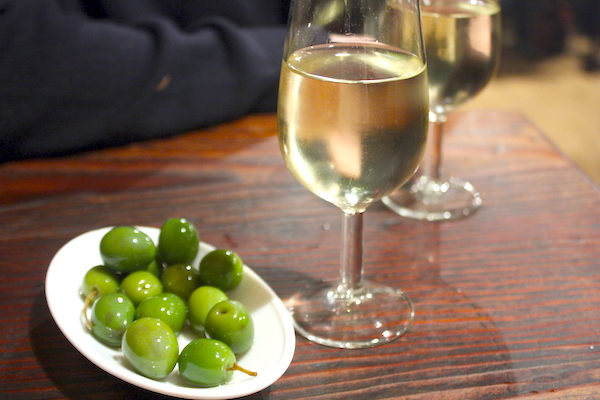 Vaso de jerez pálido y aceitunas verdes