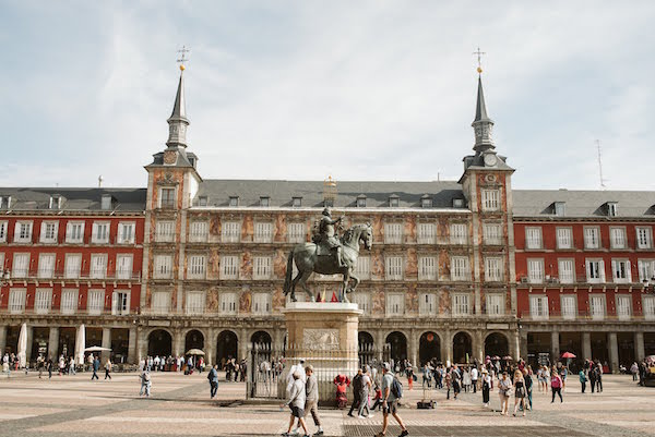 La Plaza Mayor, uno de los sitios históricos más populares de España, debería formar parte de cada recorrido a pie autoguiado por Madrid.
