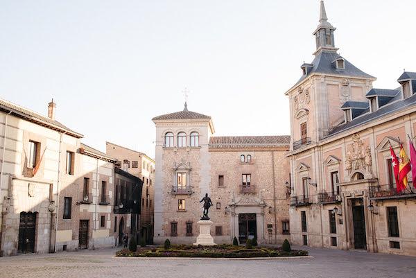 Asegúrese de que su recorrido a pie autoguiado por Madrid incluya sitios históricos como la Plaza de la Villa.