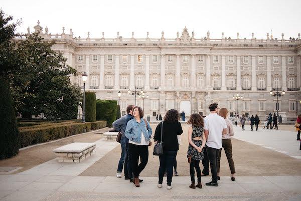 El Palacio Real es uno de los sitios históricos más bellos de España y una visita obligada en cualquier recorrido a pie autoguiado por Madrid.