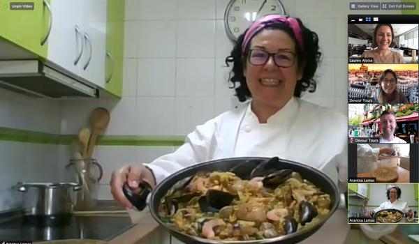 """Clase de cocina de paella virtual """"srcset ="""" https://novedadesmadrid.es/wp-content/uploads/2020/06/1592307869_938_30-ideas-perfectas-para-la-noche-en-casa-Devour.png 600w, https://madridfoodtour.com/wp-content/uploads/rsz_arantxa_paella_classv píxeles) 100 Vw, 600 píxeles"""