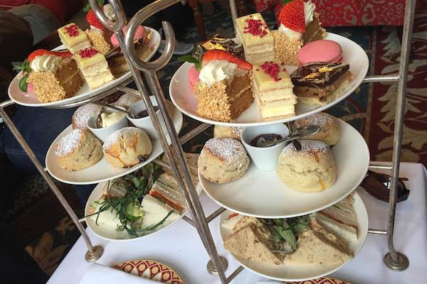 Servicio de té inglés en la tarde de tres niveles