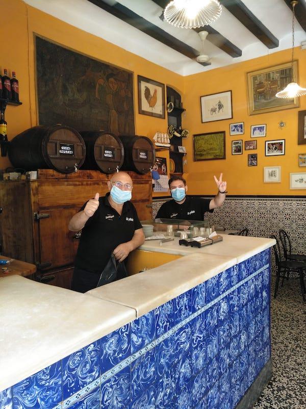 Personal de bar en España con máscaras de seguridad y salud