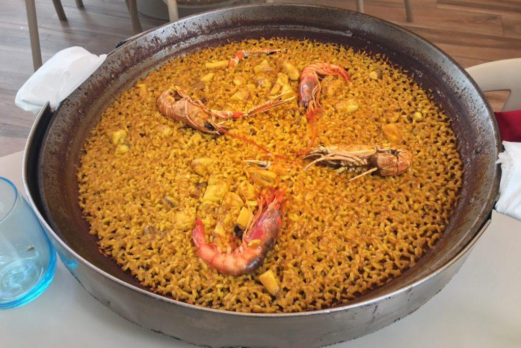 Deliciosa paella de marisco de Valencia. Para ser una verdadera paella, ¡debe ser así de fina!