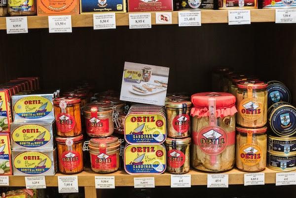 Estante de productos gourmet españoles enlatados, una gran adición a cualquier guía de regalos de España