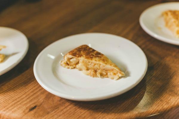 """La tortilla húmeda es la tapa española por excelencia para muchas personas, y hay muchas opciones deliciosas disponibles en Madrid. ¡Este ejemplo de platos típicos madrileños es imprescindible! """"Srcset ="""" https://novedadesmadrid.es/wp-content/uploads/2020/11/1606475395_245_Top-20-platos-tipicos-para-probar-en-Madrid-Devour.jpg 600w, https://madridfoodtour.com/wp-content/uploads/2017/03 /Makiyo-Lio-Ultimate-Tortilla-300x200.jpg 300w, https://madridfoodtour.com/wp-content/uploads/2017/03/Makiyo-Lio-Ultimate -Tortilla-330x220.jpg 330w """"tamaños ="""" (ancho máx: 600px) 100vw, 600px"""
