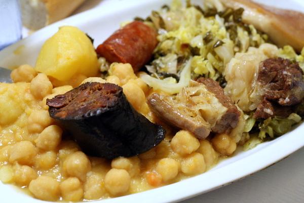 Relleno de carne, verduras y garbanzos, ¡el cocido madrileno es uno de nuestros platos típicos favoritos en Madrid!