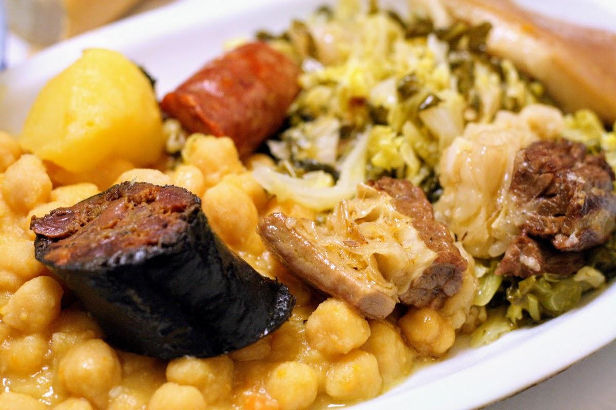 Plato de cocido madrileño: morcilla, garbanzos, col, cerdo, patatas