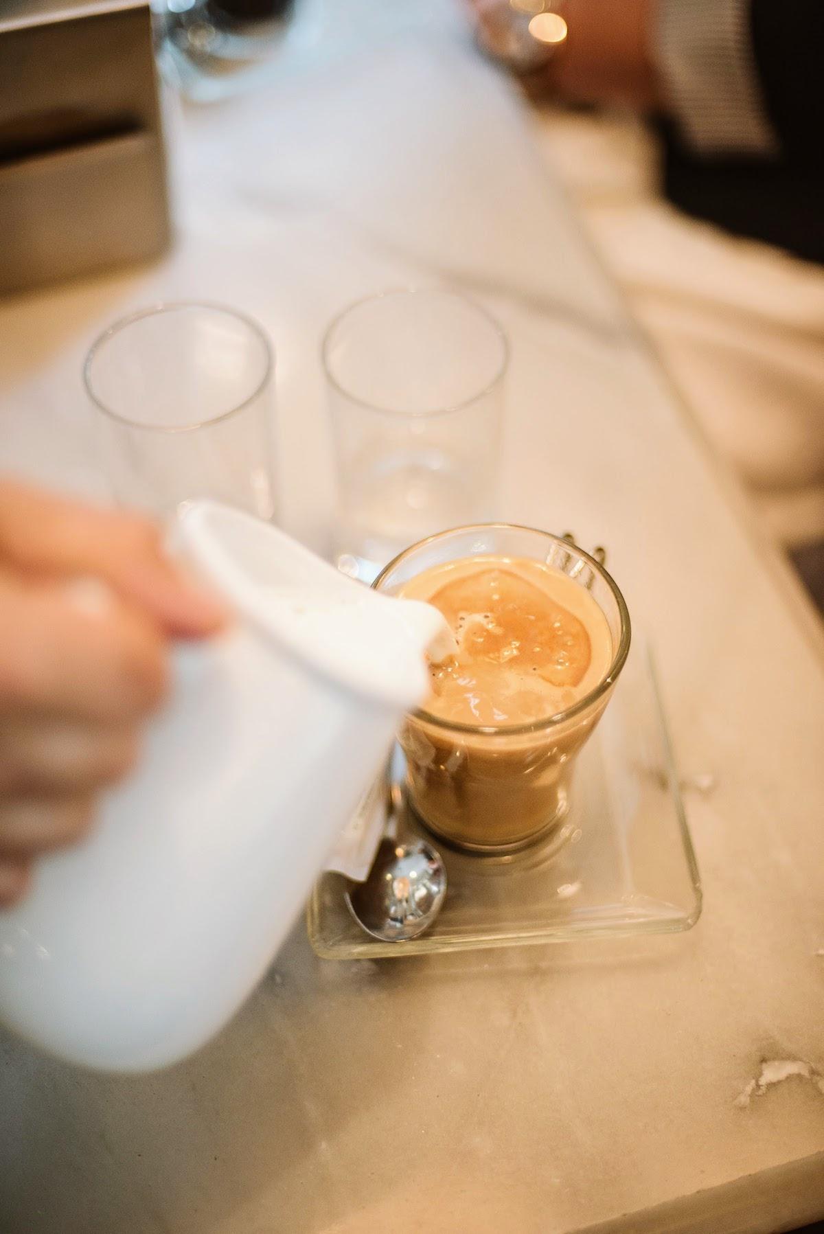 Vierta la leche en un vaso de café.
