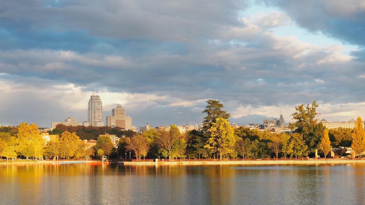 Lago en el parque de Casa de Campo en Madrid rodeado de árboles en otoño.
