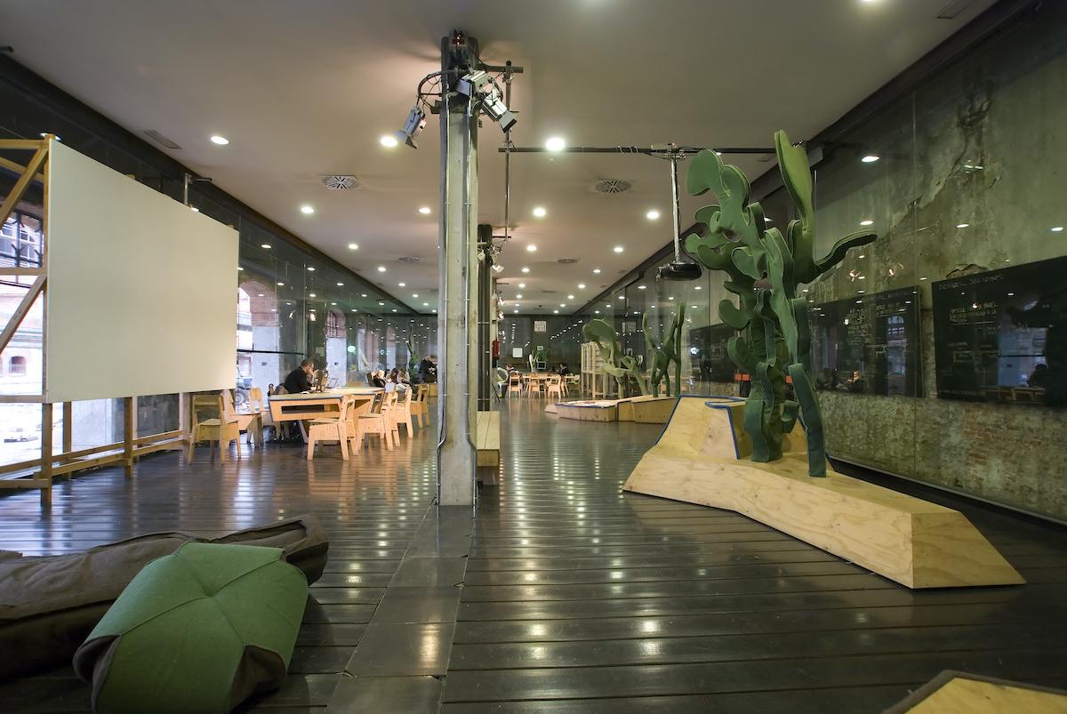 Interior de un espacio expositivo contemporáneo con una gran escultura moderna en primer plano. Una de las mejores cosas que hacer en Madrid cuando llueve.