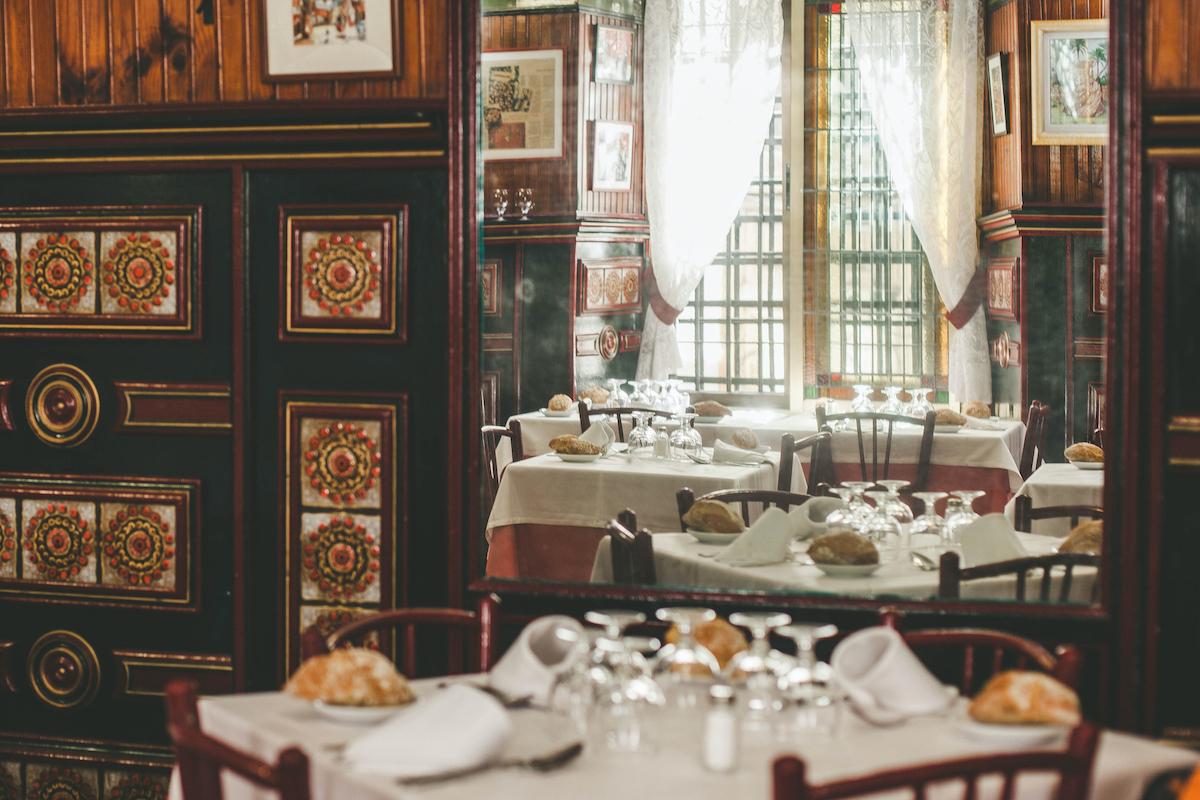 Comedor interior de un restaurante con decoración del siglo XIX.
