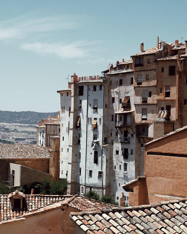 Edificios de hormigón blanco y marrón en una pequeña ciudad española.