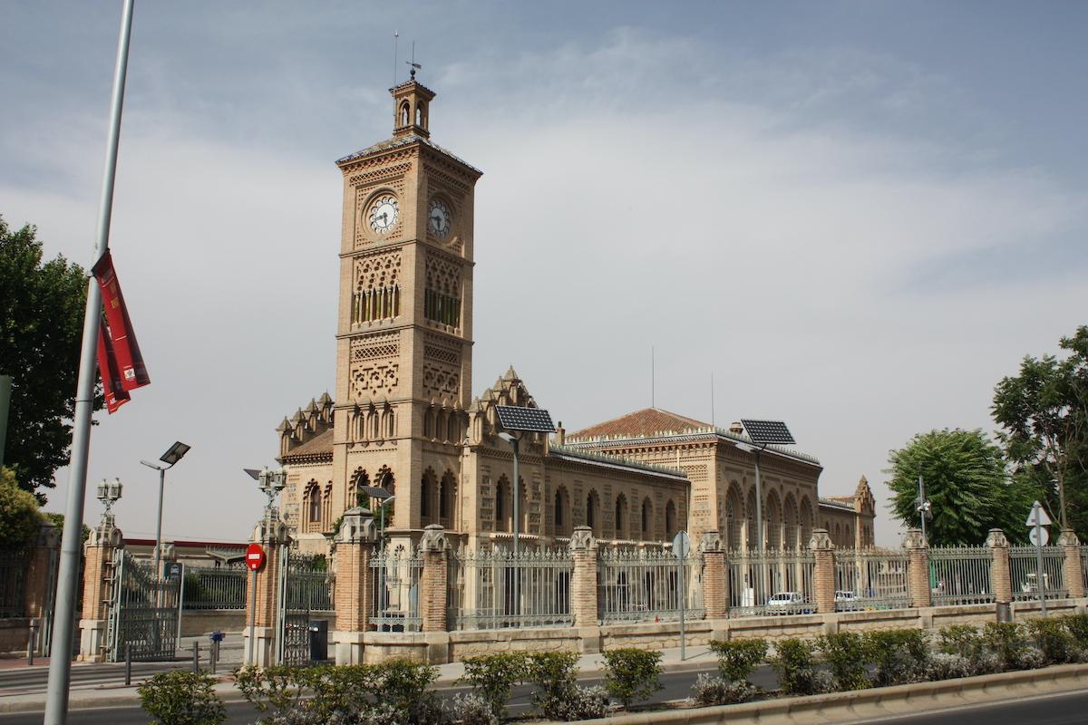 El exterior de la estación de tren con una gran torre de reloj.