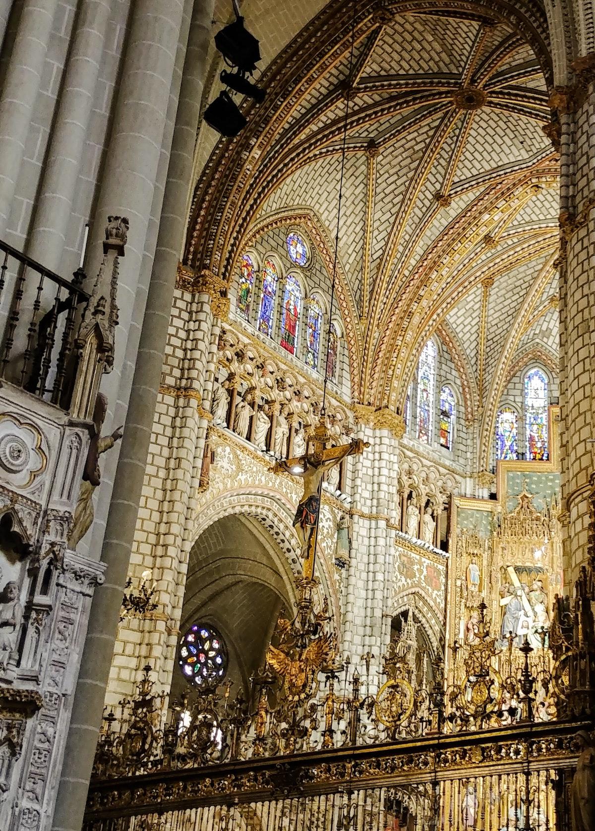 Interior elaborado de la catedral gótica con decoraciones cristianas.