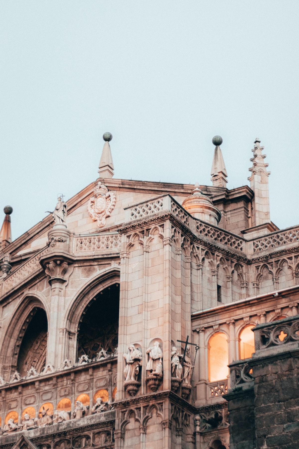 Vista cercana de los detalles arquitectónicos de una gran iglesia de piedra.