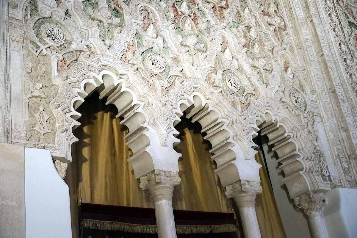 Vista cercana de la arquitectura de estilo morisco que incluye tres arcos
