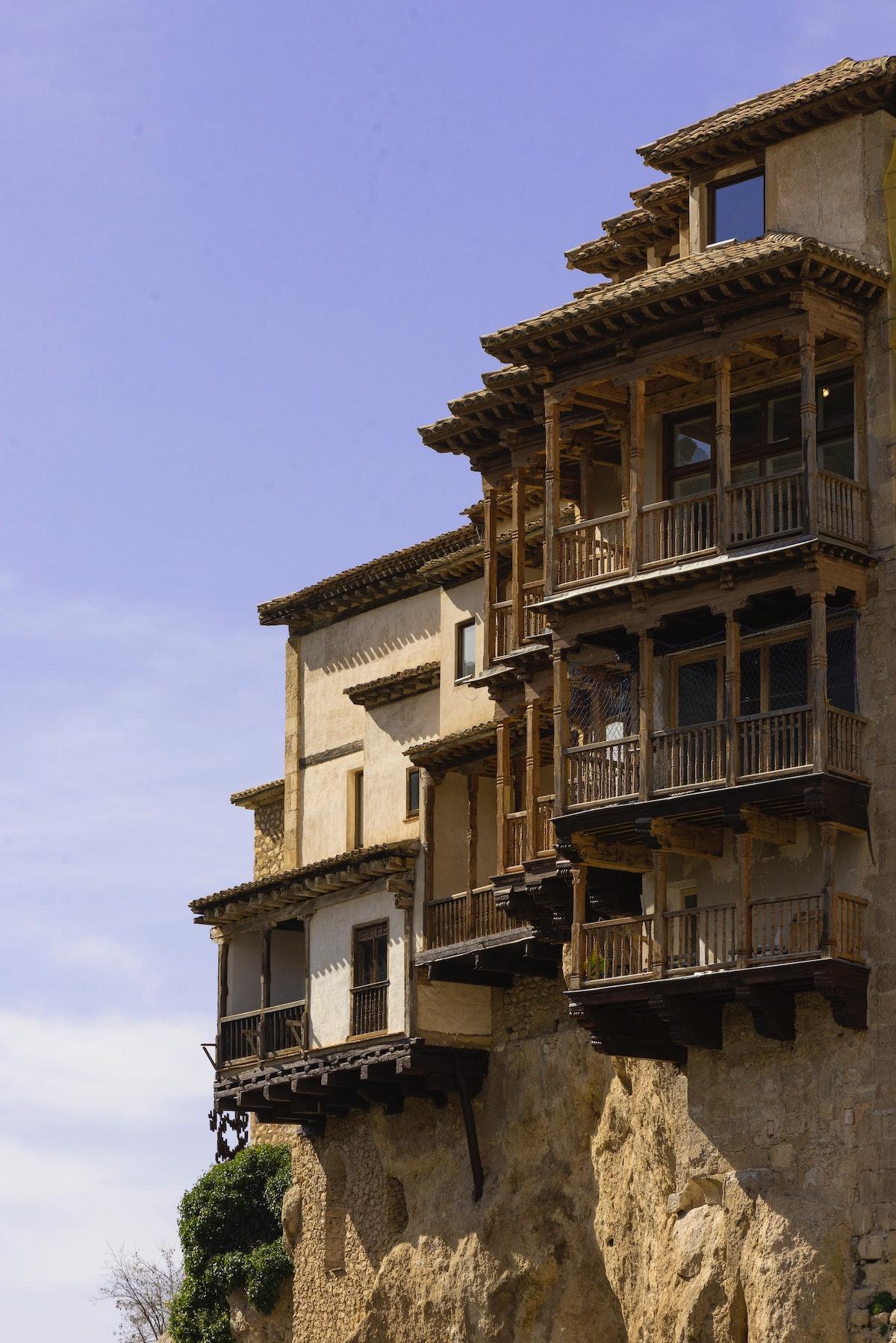 Casas construidas al borde de un acantilado.