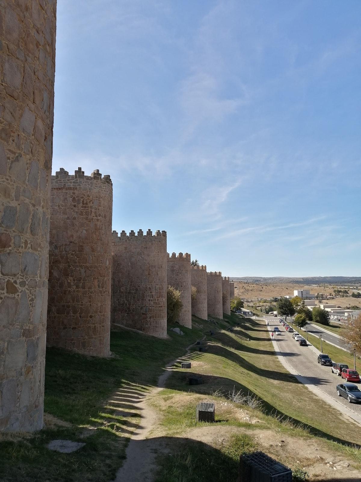 Vista exterior de las murallas medievales de la ciudad de España.