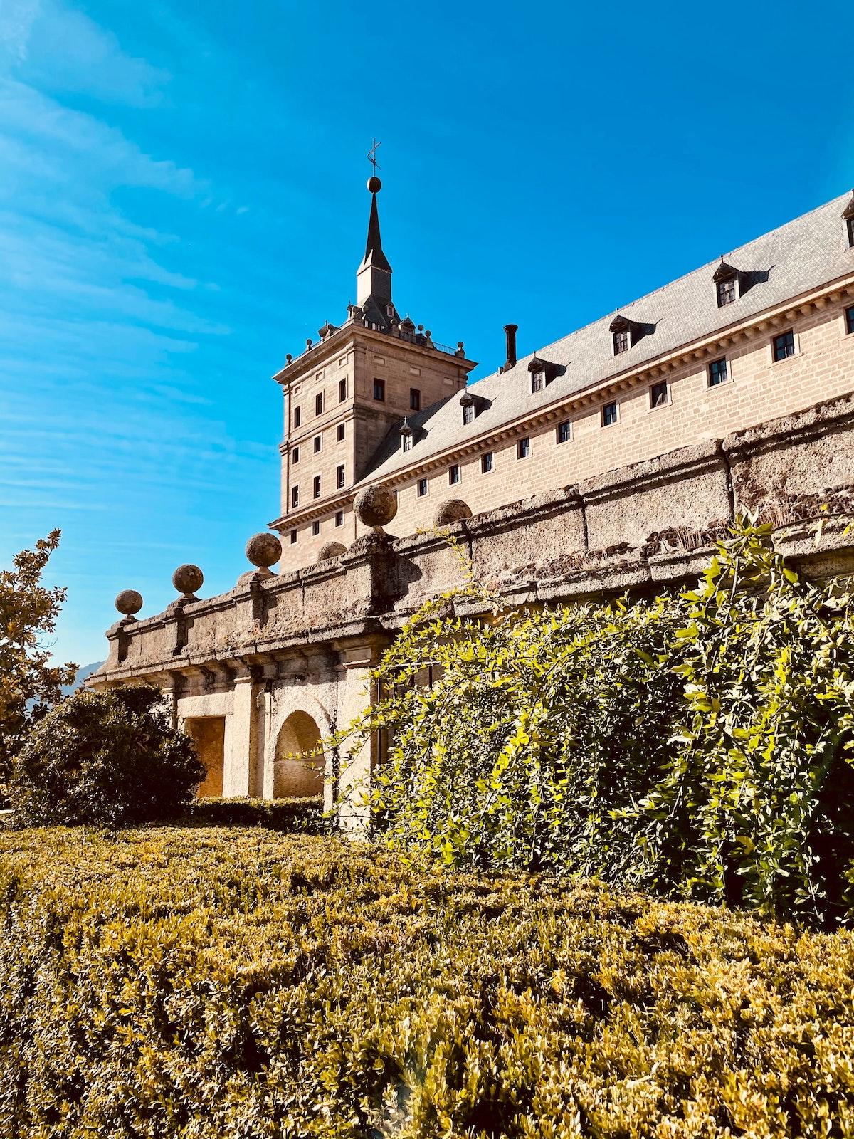 Gran monasterio marrón con una torre de piedra en un día claro.