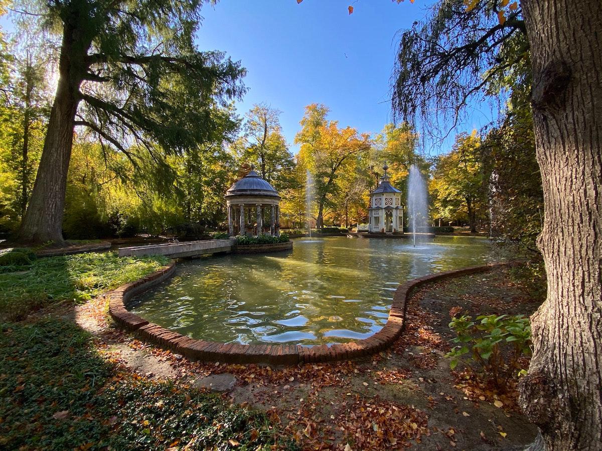 Pequeña fuente en un jardín tranquilo en un día de otoño.