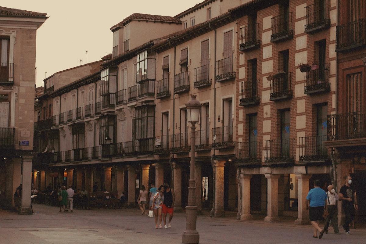 Gente caminando en el centro de una pequeña ciudad española.