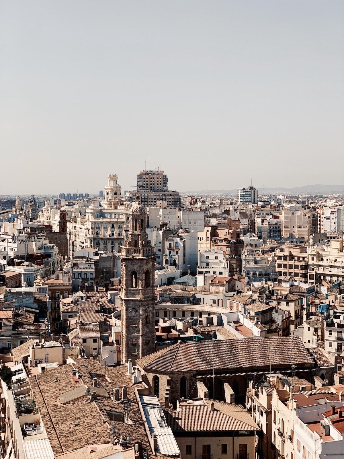 Vista del centro de Valencia, España desde arriba, con la torre de la catedral en primer plano.