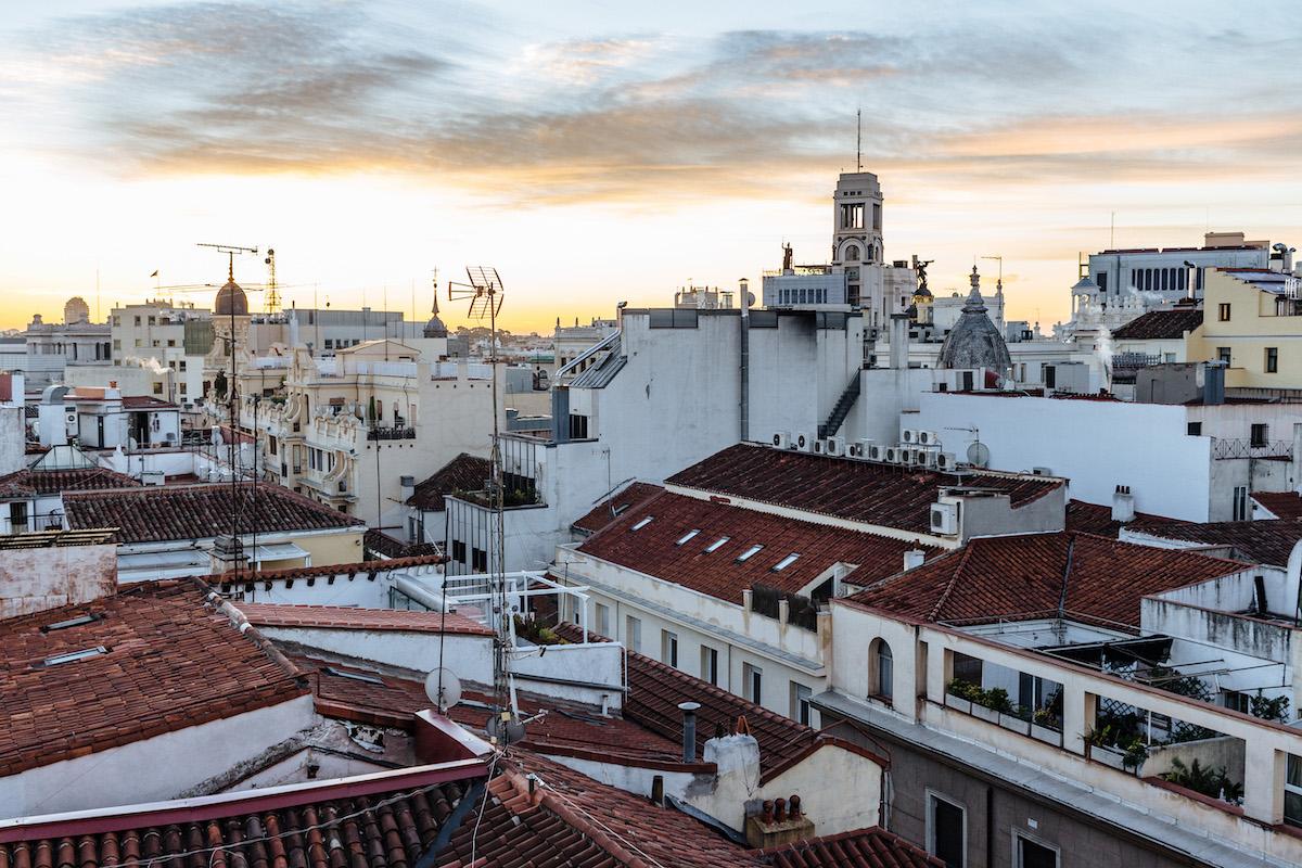 Puesta de sol sobre los tejados del centro de Madrid