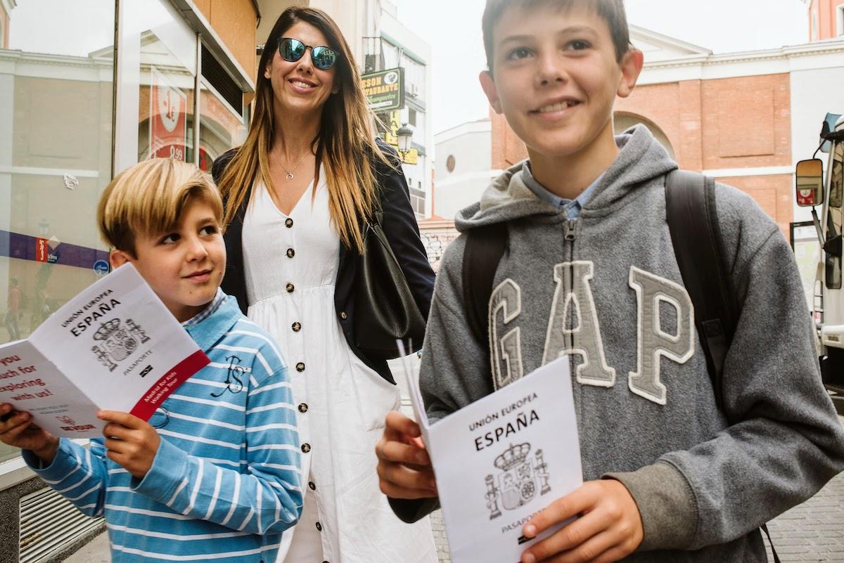 Una madre y dos niños sonrientes en un recorrido gastronómico interactivo en Madrid
