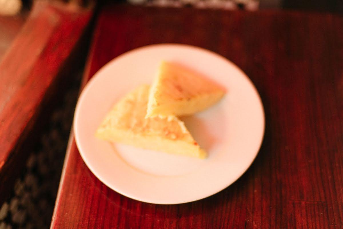 Dos rebanadas de tortilla española en una placa blanca.